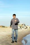Tiener op strand stock afbeelding