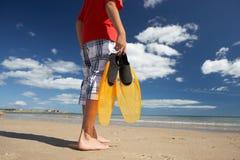 Tiener op strand met vinnen stock fotografie