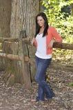 Tiener in openlucht bij park in de herfst Stock Fotografie