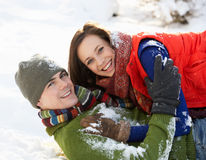 Tiener Paar dat Pret in Sneeuw heeft Royalty-vrije Stock Fotografie