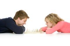 Tiener paar het liggen het spelen schaak Stock Afbeelding