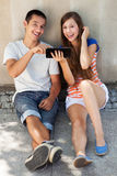 Tiener paar met digitale tablet Stock Afbeelding