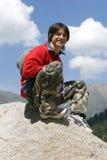 Tiener in rode sporttrui in berg stock afbeelding