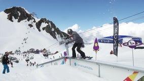 Tiener snowboarder dia op sleep Karton kosmische voorwerpen Mensen Zonnige dag stock videobeelden