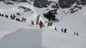 Tiener snowboarder sprong van springplank Karton kosmische voorwerpen Mensen stock videobeelden