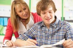 Tiener Student die met Leraar bestudeert Royalty-vrije Stock Fotografie