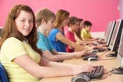 Tiener Studenten in de Klasse die van IT Computers met behulp van Royalty-vrije Stock Foto's