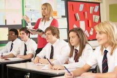 Tiener Studenten die in Klaslokaal bestuderen Stock Foto