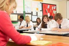 Tiener Studenten die in Klaslokaal bestuderen Stock Afbeeldingen