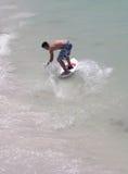 Tiener surfng Stock Foto's