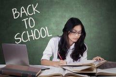 Tiener terug naar school en het bestuderen in klasse Royalty-vrije Stock Foto's