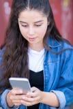 Tiener Texting op Mobiele Telefoon in het Stedelijke Plaatsen stock afbeeldingen