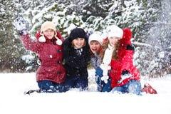 Tiener vrienden die sneeuw werpen royalty-vrije stock foto's