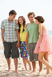 Tiener Vrienden samen op Strand royalty-vrije stock fotografie