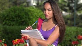 Tiener Vrouwelijke Student Studying And Thinking stock footage