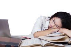 Tiener vrouwelijke studentenslaap boven boeken Stock Afbeelding