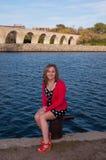 Tiener Vrouwelijke Zitting door de Rivier van de Mississippi Stock Foto's