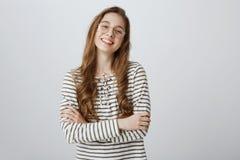 Tiener zeker in zich Portret van knappe jonge creatieve vrouw in transparante in eyewear status royalty-vrije stock fotografie