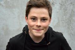 Tiener in zwarte hoodie stock fotografie