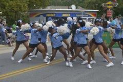 Tienercheerleaders presteren bij de parade van de arbeidsdag in Groengordel, Maryland stock fotografie