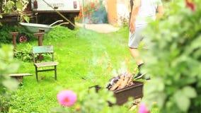 Tienergangen in een opheldering dichtbij de grill stock video