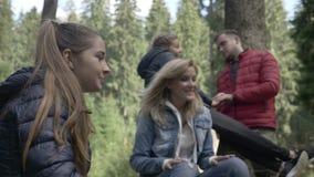 Tienergroep vrienden die tijd in aard doorbrengen die en in het bos zingen toejuichen - stock video