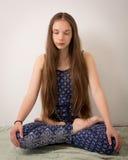 Tienerhippie Donkerbruin Meisje in Lotus Pose Stock Fotografie