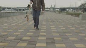 Tienerhipster berijdend skateboard en het ophouden stock video