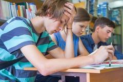 Tienerjaren in bibliotheek Royalty-vrije Stock Foto