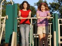 Tienerjaren bij de speelplaats Stock Foto