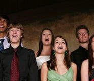 Tienerjaren die bij overleg zingen Royalty-vrije Stock Foto