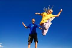 Tienerjaren die in de lucht springen Stock Afbeelding