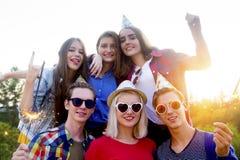 Tienerjaren die een partij hebben Stock Foto's