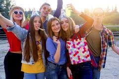 Tienerjaren die een partij hebben Stock Fotografie
