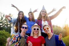Tienerjaren die een partij hebben Stock Afbeeldingen