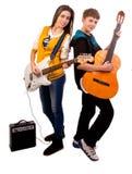 Tienerjaren die gitaar spelen Stock Foto's