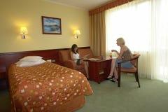Tienerjaren die in hotelruimte babbelen Royalty-vrije Stock Foto