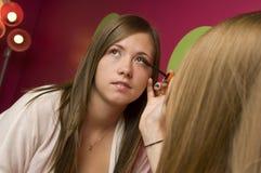 Tienerjaren die make-up toepassen Stock Afbeeldingen