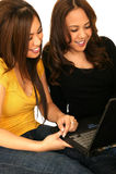 Tienerjaren die op Internet surfen Stock Foto