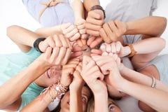 Tienerjaren die op vloer met omhoog duimen liggen Royalty-vrije Stock Foto