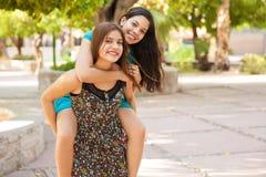 Tienerjaren die pret hebben bij een park Royalty-vrije Stock Foto