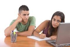 Tienerjaren die samen bestuderen royalty-vrije stock foto