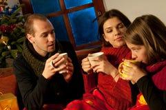 Tienerjaren die thee drinken Stock Afbeeldingen