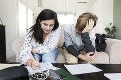 Tienerjaren die thuiswerk doen royalty-vrije stock afbeeldingen