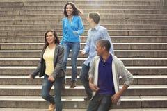 Tienerjaren die uit samen hangen stock foto