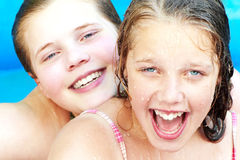 Tienerjaren in het zwembad Stock Foto