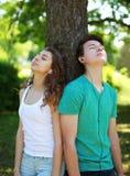 Tienerjaren, kerel en meisje in hoofdtelefoons genieten die aan muziek luisteren Royalty-vrije Stock Afbeeldingen