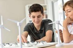 Tienerjaren in klasse die over natuurlijke rijkdommen van energie leren stock afbeeldingen