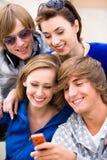 Tienerjaren met cellphone stock foto's