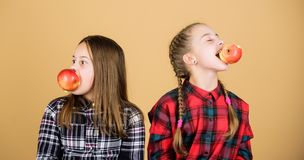 Tienerjaren met gezonde snack Vrolijke jonge geitjes die pret hebben en appelen eten Wij zijn op gezonde voeding Het gezonde op d stock foto